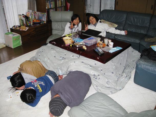 El kotatsu mesa caliente ayuda a romper el hielo en for Mesa japonesa tradicional