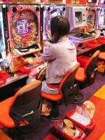 """Adicción al """"Pachinko"""" crece entre las mujeres japonesas"""