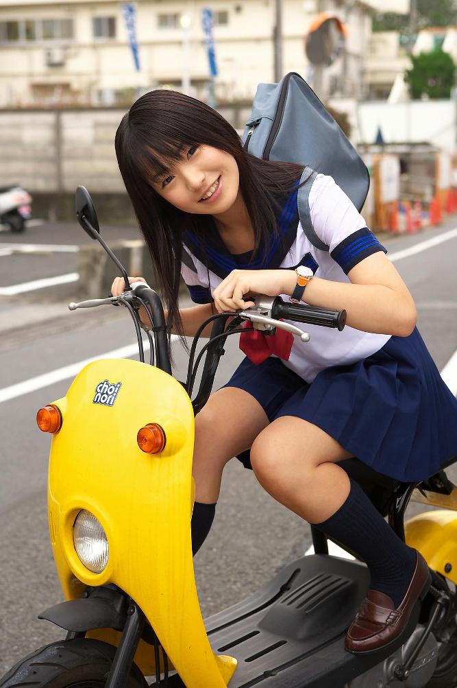 "... la baja el uso del tradicional uniforme de colegiala ""Sailor Fuku"