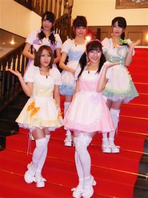 """Sakiko Matsui, Haruka Shimazaki, Yui Yokoyama, Minami Takahashi y Mayu Watanabe en la grabación de un programa de """"Hikari TV"""", donde vestidas de """"Maid"""" cocinaron para 30 afortunados wotas el martes 26 de febrero."""