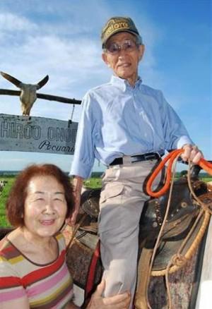 Onoda y su esposa en su rancho ganadero de Brasil en el año 2012