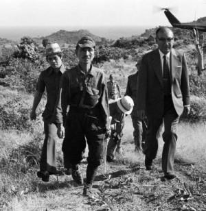 Onoda acompañado de su ex-comandante qui´ne le ordenó deponer las armas en 1975
