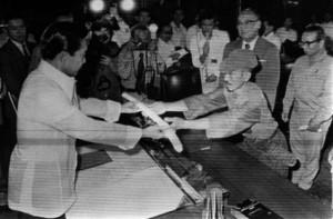 Ceremonia de rendición donde Onoda entrega su espada al presidente filipino