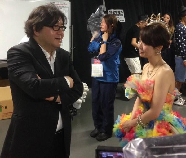 El productor Yasushi Akimoto conveaa con Oshima en el marco del concierto de graduación del domingo 8 de junio