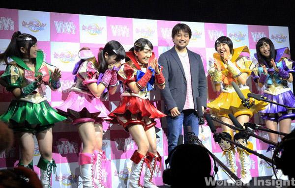 El director de la nueva temporada, Munehisa Sakai, acompañó a las chicas Momoclo en el evento