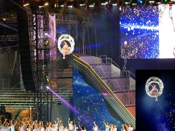 Yuko Oshima sobrevoló el escenario a 30 metros de altura provocando la admiración de los 70,000 wotas reunidos en el estadio Ajinomoto