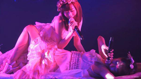 """En el show ofrecido en el teatro de Akihabara, Yuki Kashiwagi y Miyuki Watanabe deleitaron al respetable con su """"candente"""" actuación."""