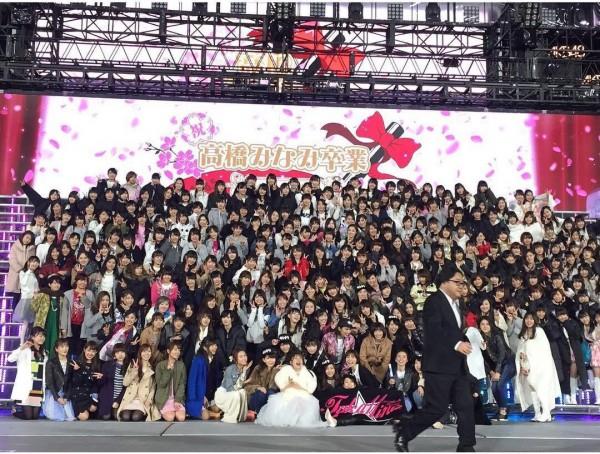 La foto del recuerdo, con el productor Akimoto corriendo en el escenario.