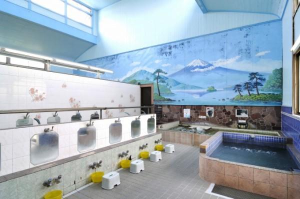 Murales con el monte Fuji son un tema tradicional de estos baños.