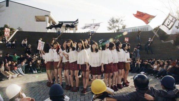 El video musical de AKB48 se ubica dos años después de los disturbios.