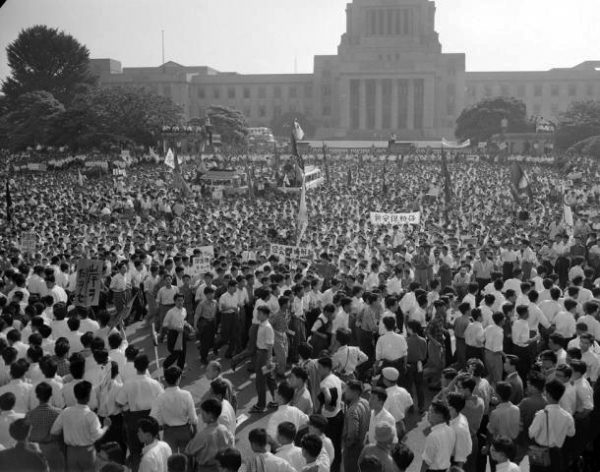 Miles de estudiantes protestan frente al edificio de la dieta( parlamento nipón)