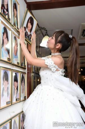 Takahashi retira su retaro del pasillo del teatro de Akihabara.