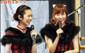 Shimazaki y Sashihara durante el anuncio del sencillo 46