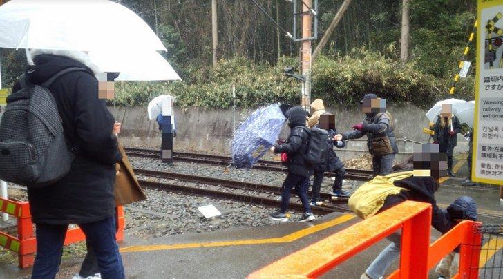 Otakus de trenes -tecchan- y otakus de idols -wotas-  invaden las vias para tomarse fotos