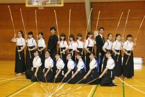 Nogizaka 46 con equipo de Naginata en escuela preparatoria de Tokyo