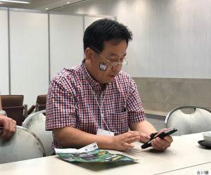 """Yukio Edano, ex-ministro de Economía y actual secretario general del Partido Democrático se declara fan del grupo idol """"Sakura Cinderella""""."""
