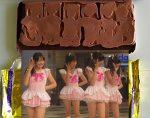 Milagro! Aparecen sus idols favoritas en una barra de chocolate