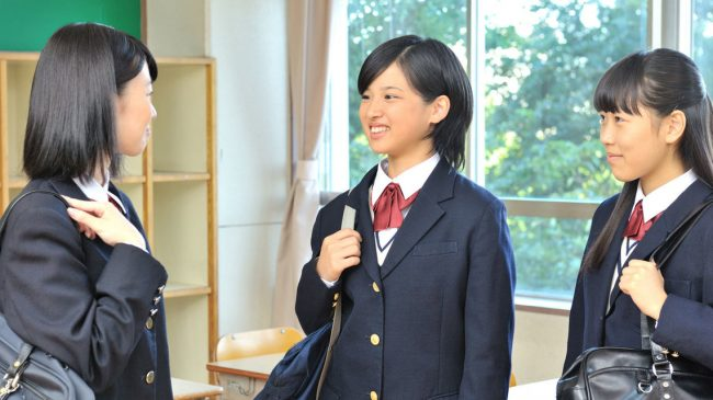 Los códigos de vestimenta escolares en Japón prohiben teñirse o decolorarse el cabello.
